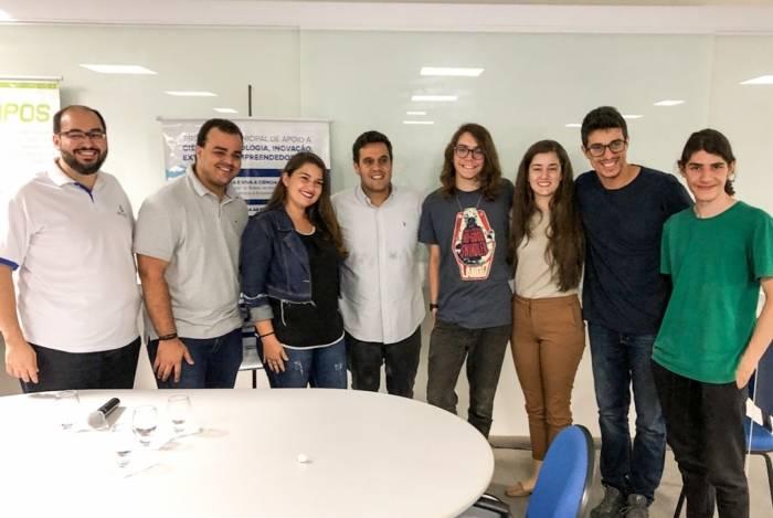 O prefeito de Campos, Rafael Diniz (de camisa branca ao centro), cercado pelos jovens empreendedores que participarão do Programa Municipal de Apoio a Startups
