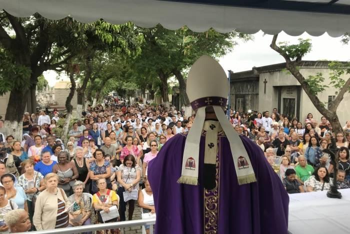 Dom Orani Tempesta em cerimônia no Cemitério do Caju, em 2018. Este ano, o cardeal voltará a rezar missa no local e também em Sulacap