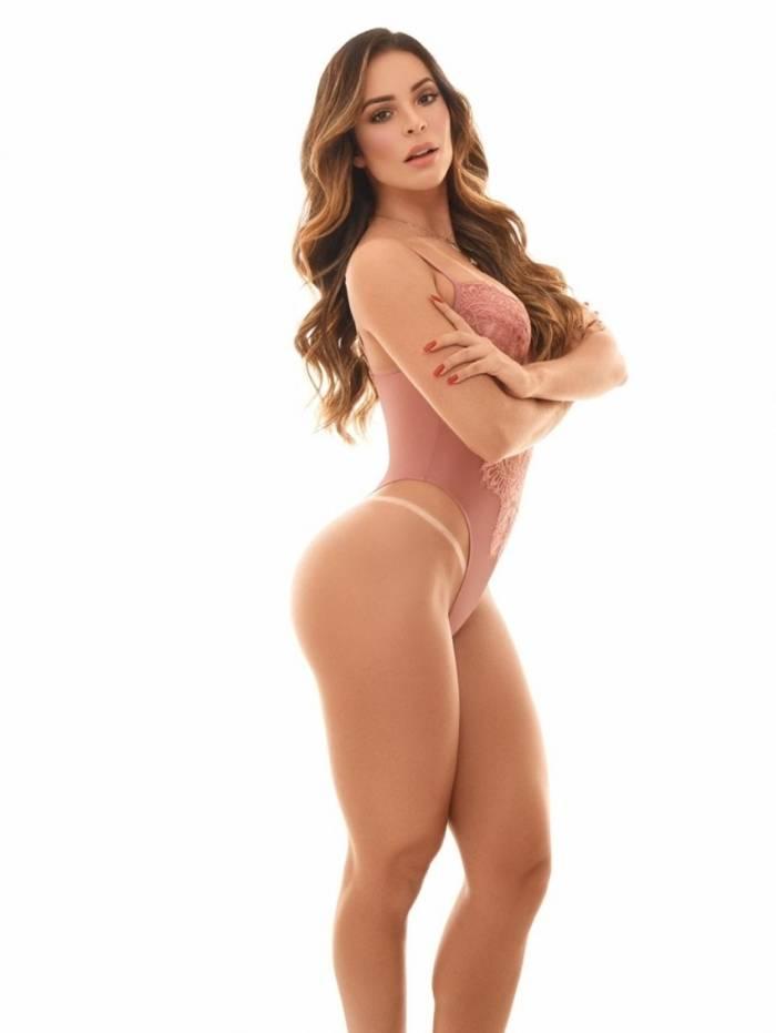 Denise Dias posa para ensaio sensual