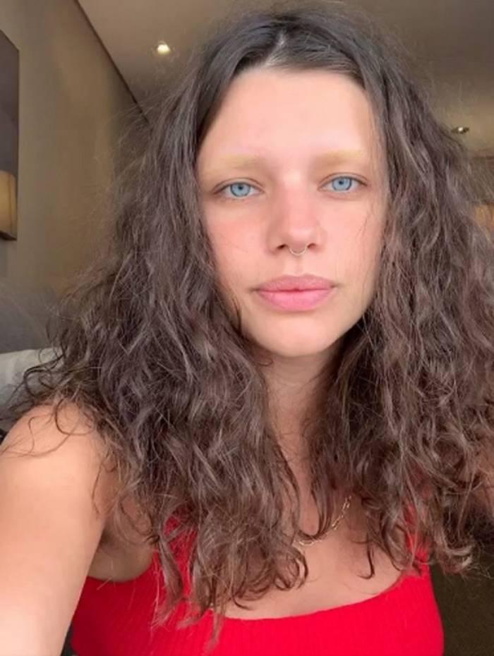 Bruna Linzmeyer surge com as sobrancelhas descoloridas