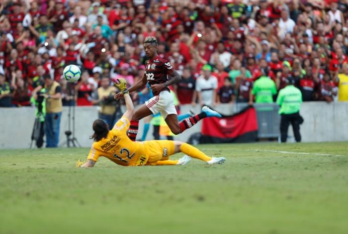 Bruno Herique aproveitou o ótimo passe de Gerson para encobrir Cássio no segundo gol do Flamengo