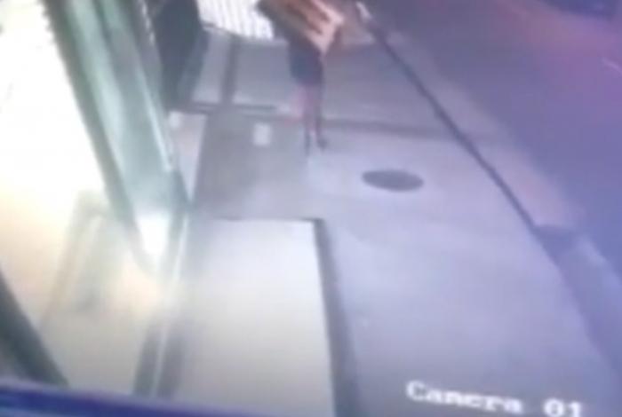 Suspeito de crime levava TV roubada nas costas