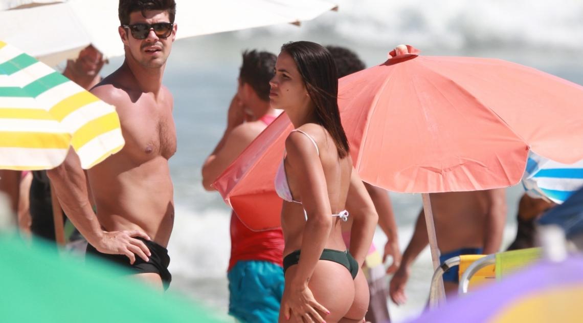 Pérola Faria namora muito na praia