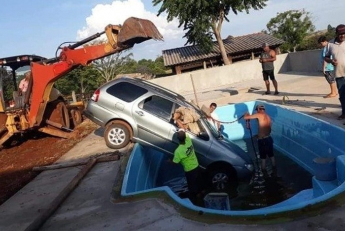 Bebê pega carro dos pais, liga veículo e joga dentro de piscina