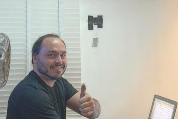 Carlos Bolsonaro publica foto com arma