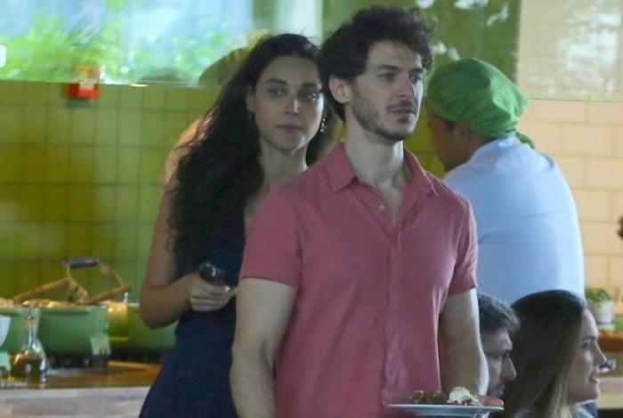 Deborah Nascimento almoça com o namorado, Luiz Perez