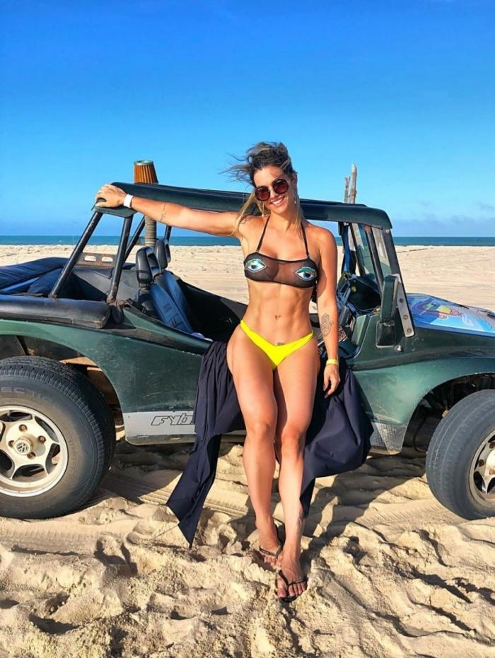 Kelly Key exibe barriga sarada em viagem ao Ceará