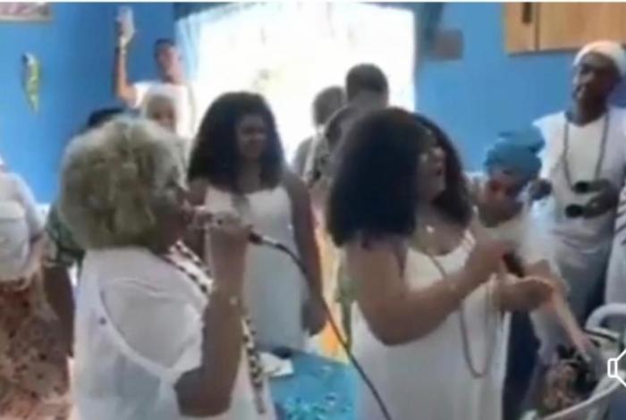 Alcione canta em terreiro de candomblé