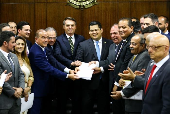 O presidente Jair Bolsonaro e seus ministros (Paulo Guedes e Onyx Lorezonzi) entregaram o Plano Mais Brasil ao Congresso em 5 de novembro