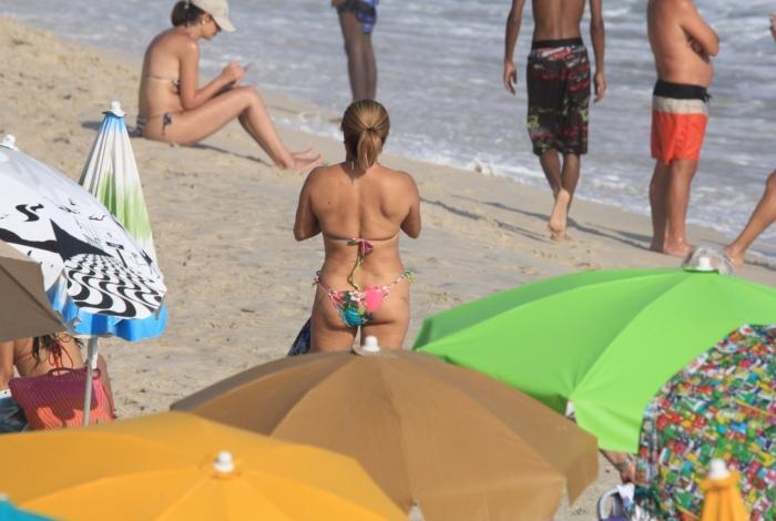 Cissa Guimarães curte dia de praia em Ipanema