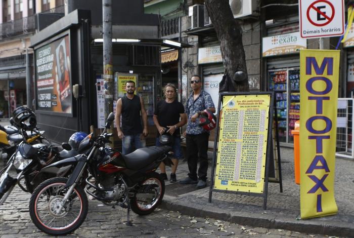 Mototaxistas e passageiros comemoraram a regulamentação