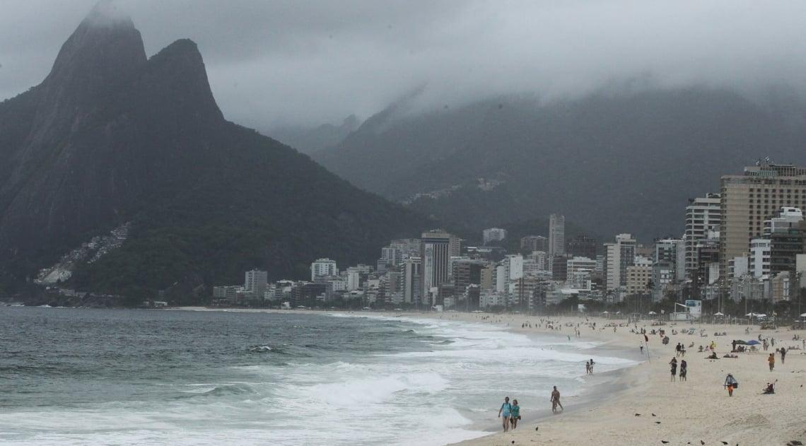 Tempo fechado e abafado em Ipanema, Zona Sul do Rio.