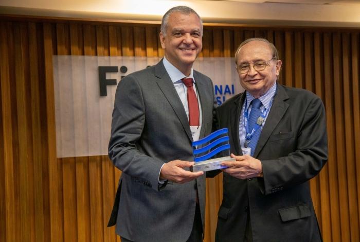Julio Talon, diretor presidente da GE Celma, recebe a premiação de Márcio Fortes, diretor de Relações Institucionais da Firjan