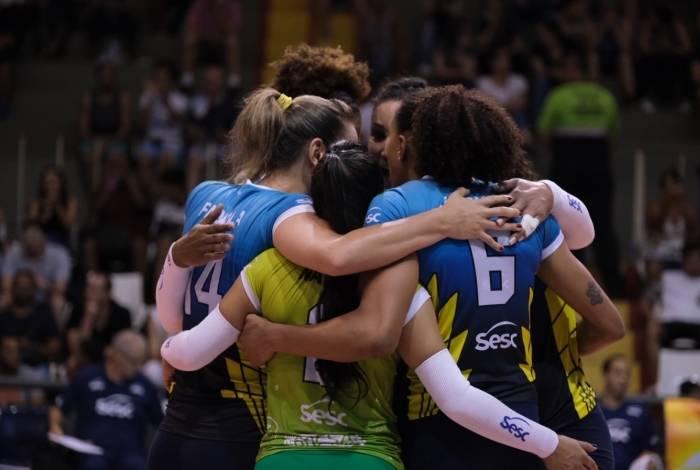 O time feminino de vôlei Sesc RJ