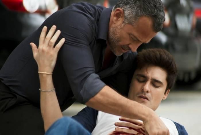 Agno corre para socorrer o companheiro, Leandro, que foi esfaqueado