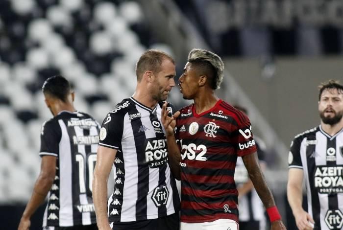 Flamengo x Botafogo teve clima quente no Nilton Santos