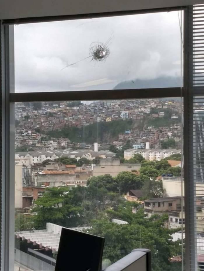 Tiro atingiu o quinto andar do prédio