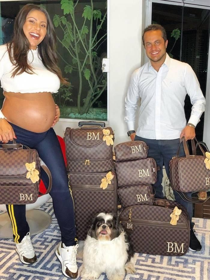 Andressa Ferreira e Thammy Miranda mostram a coleção de bolsas personalizadas do filho, Bento Miranda, que ainda nem nasceu