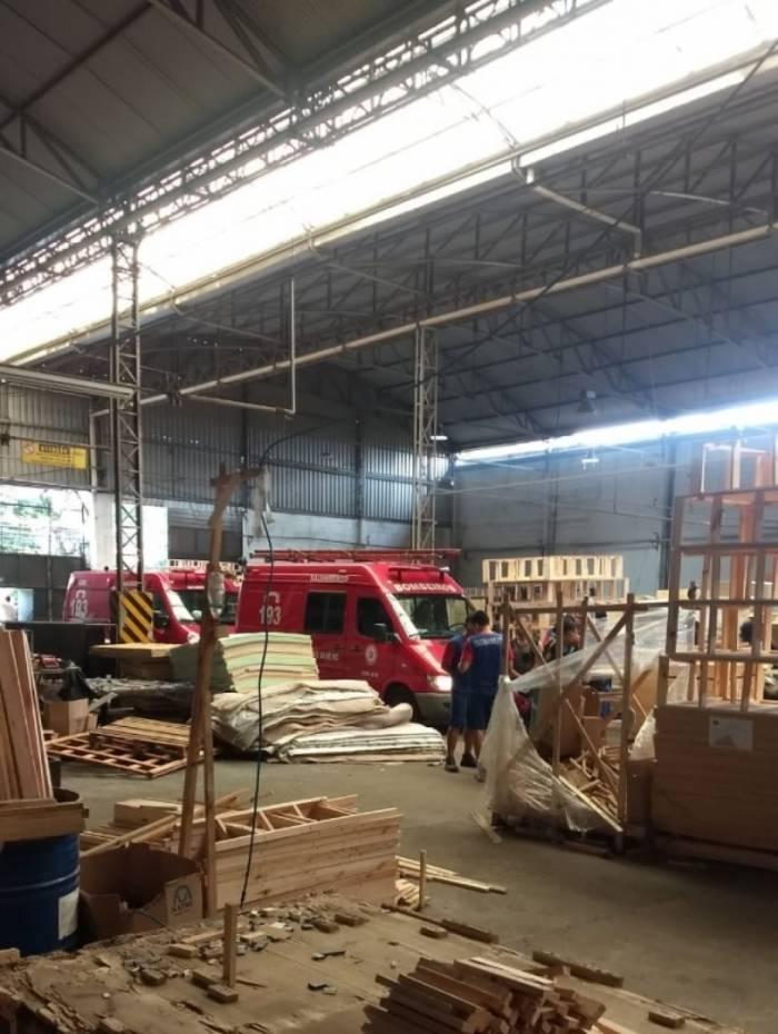 Funcionário morreu esmagado por pilhas de chapa de madeira em fábrica de colchões em Nova Iguaçu