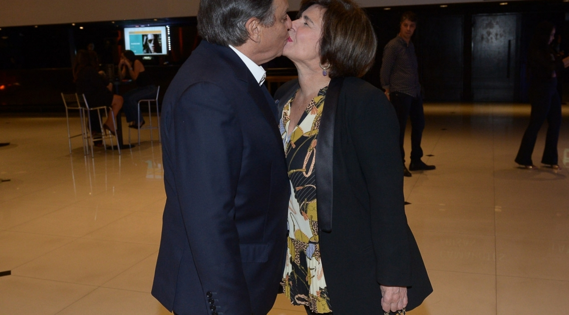 Ronnie Von beija a mulher nos bastidores do show