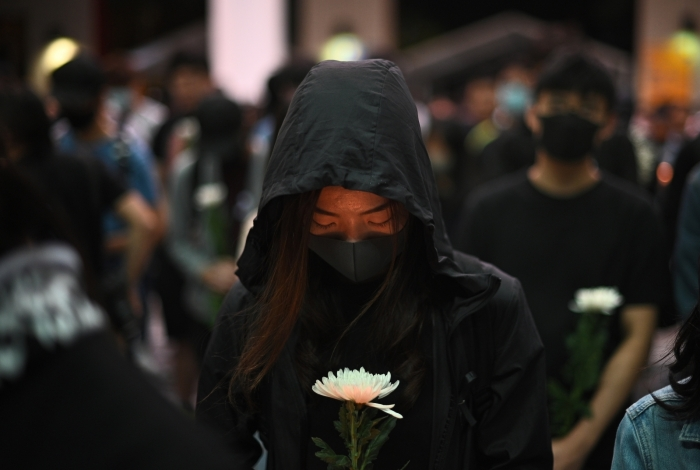 Jovens participam de uma vigília na Universidade de Ciência e Tecnologia de Hong Kong (HKUST) em homenagem ao estudante morto durante protestos