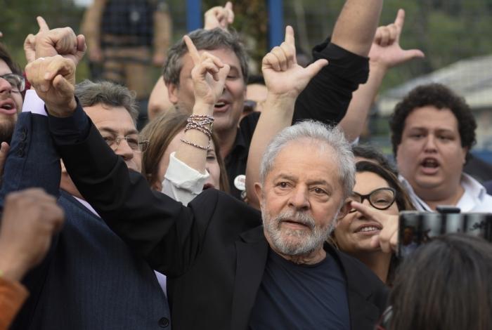 Ex-presidente Lula foi solto em Curitiba na tarde desta sexta-feira
