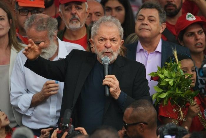 Ex-presidente Lula em discurso na porta da Polícia Federal, em Curitiba