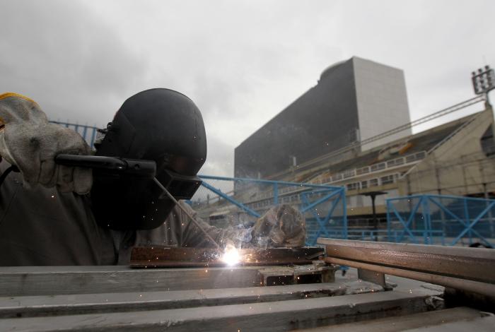Operário trabalha nas obras do Sambódromo. Estrutura de iluminação e incêndio prometem ser melhoradas, com sinalizações de emergência