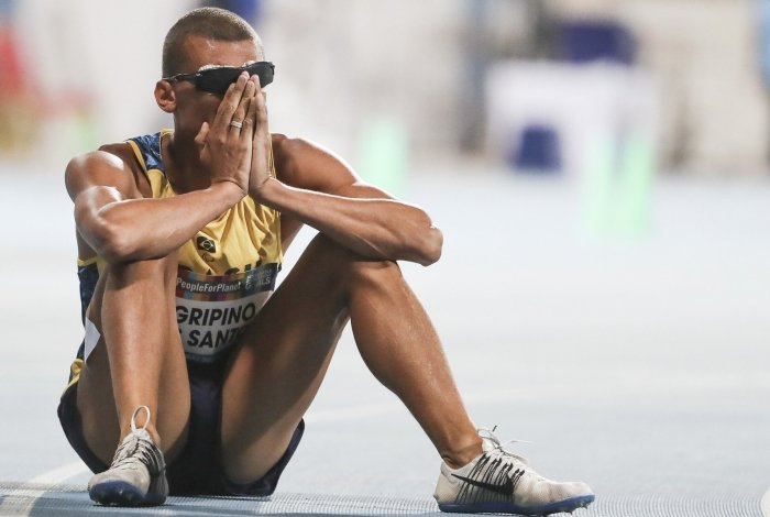 Júlio chora ao saber que vai à Paralimpíada, conforme estipulado pelo Comitê Paralímpico Brasileiro (CPB)
