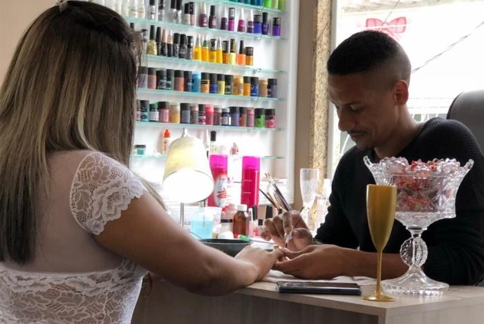 Wallace Costa virou referência em unhas estilizadas na comunidade Kelson's. Além do embelezamento, ele ministra cursos de manicure