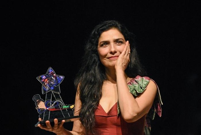 Letícia Sabatella ficou emocionada ao receber o troféu EncontrArte