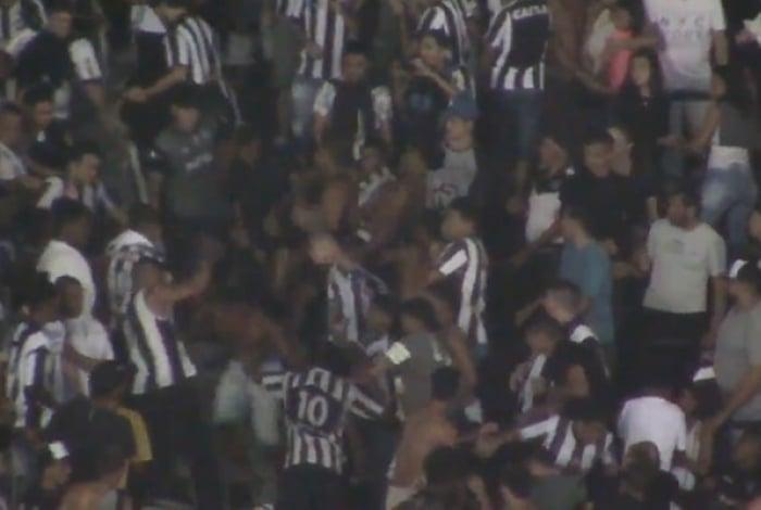 Confusão na torcida do Botafogo durante o clássico contra o Flamengo