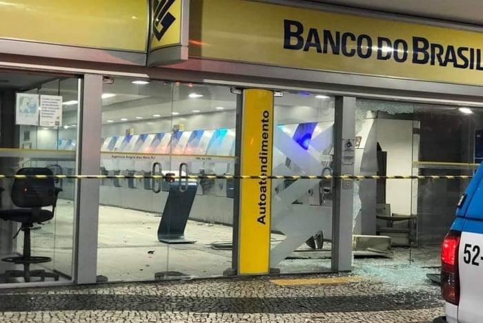 Bandidos explodiram caixas eletrônicos e trocaram tiros com PMs