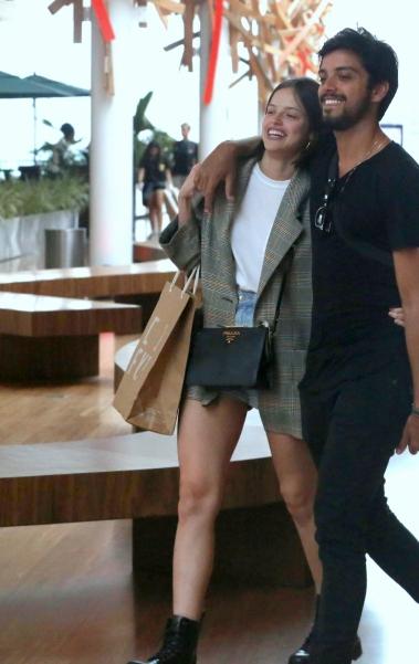 Agatha Moreia e Rodrigo Simas trocam carícias durante passeio em shopping