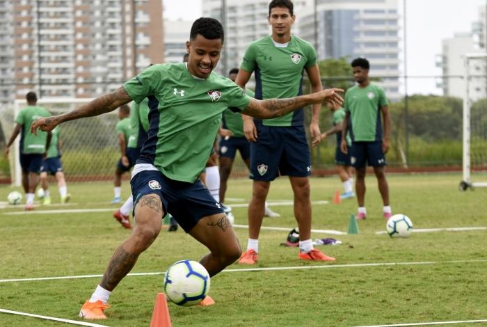 Observado por Ganso, Allan domina a bola em treino: volante deve atuar mais avançado novamente hoje