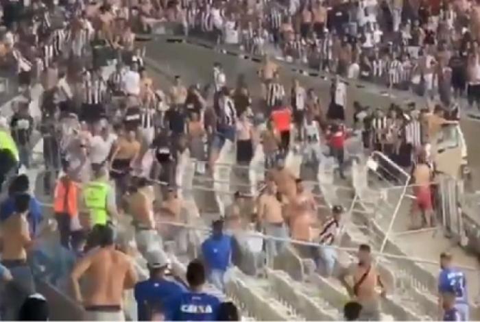 A briga começou logo após o término do jogo com atleticanos invadindo o lado onde estavam os cruzeirenses