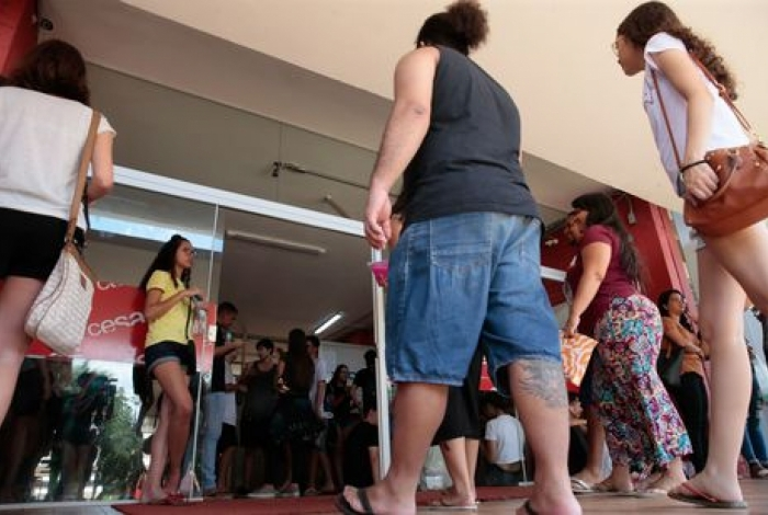 Participantes  chegam ao centro de educação de jJovens e adultos, para o segundo dia de aplicação do Exame Nacional do Ensino Médio (Enem) ocorre neste domingo (10) à tarde, em todo o país