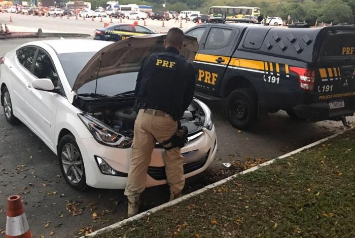Carro clonado é recuperado pela PRF na Rodovia Rio-Teresópolis