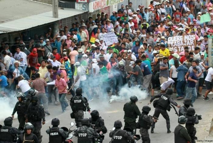 Polícia boliviana intervém em confronto violento entre manifestantes contra e pró-Morales em Cochabamba