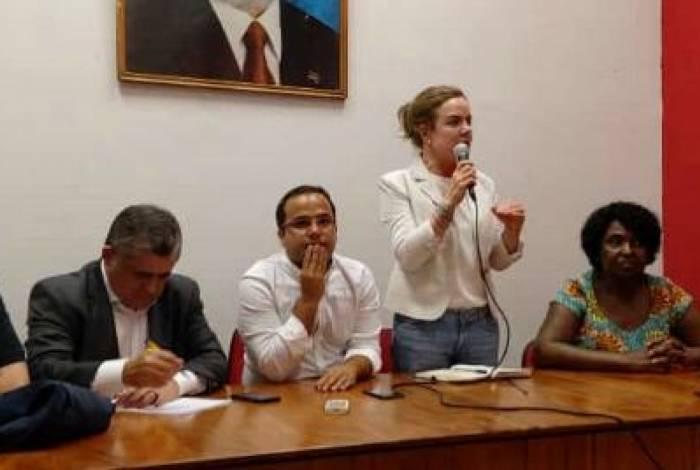 Gleisi Hoffmann (de pé) ao lado de Benedita e integrantes do PT em reunião ontem no Rio