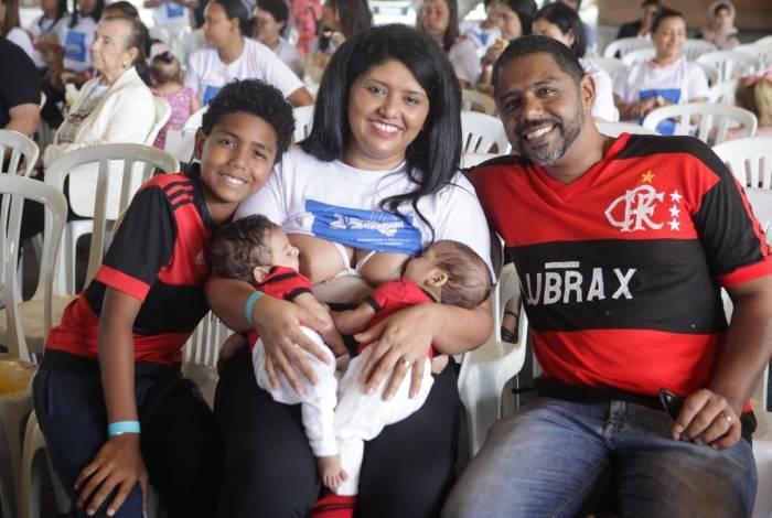 Ingridi, os gêmeos, o marido Alessandro e o filho mais velho, Gabriel