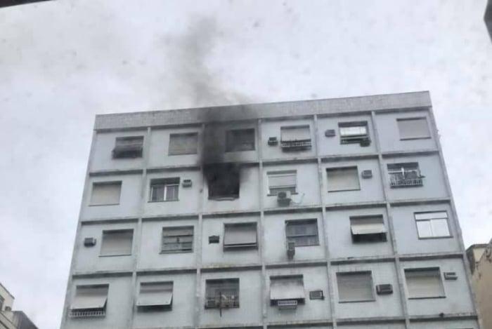 Incêndio atingiu apartamento em prédio em Copacabana e uma pessoa morreu