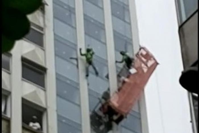 Operários ficam pendurados em andaime da obra de hotel