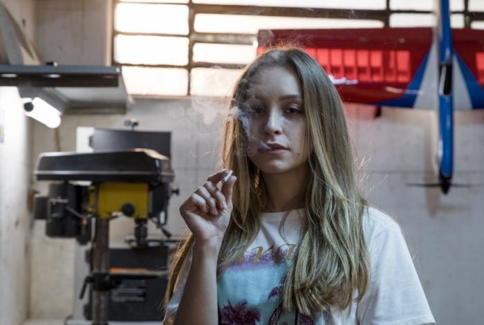 Carla Diaz em cena de 'A menina que matou os pais'