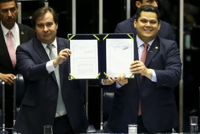 Os presidentes da Câmara, Rodrigo Maia, e do senado, Davi Alcolumbre, durante sessão do Congresso Nacional para promulgação da emenda constitucional (103/2019) da reforma da Previdência