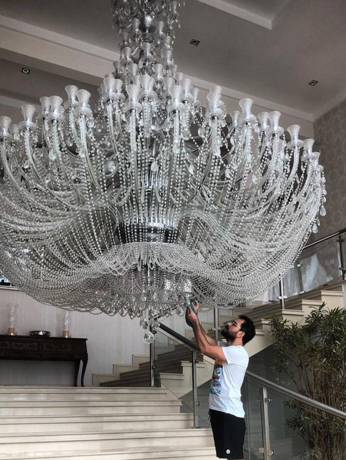 Luciano Camargo limpa lustre de sua casa para o Natal: 'Ano que vem termina'