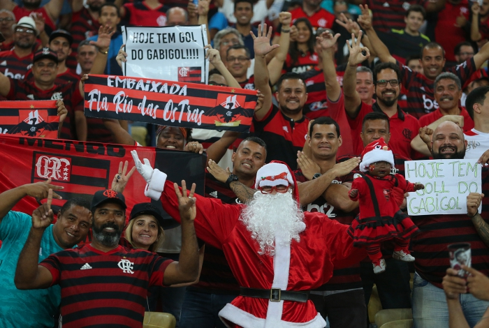 A torcida do Flamengo pede presentes de Natal para o Papai Noel antes mesmo de dezembro chegar: os títulos do Brasileiro e da Libertadores