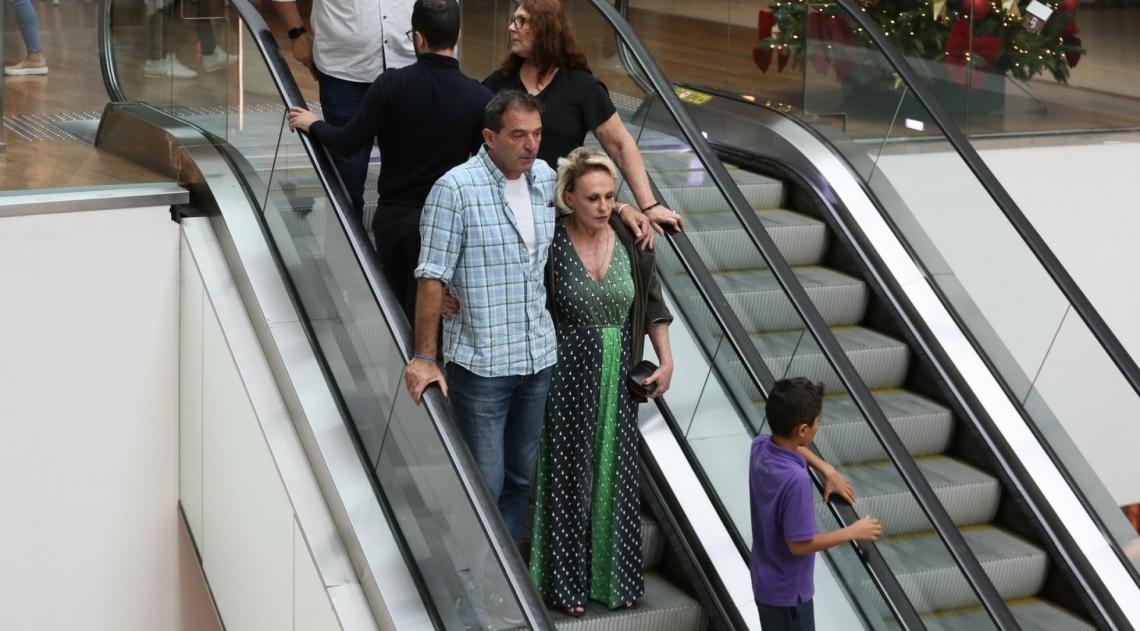Ana Maria Braga passeia em shopping agarradinha com novo affair