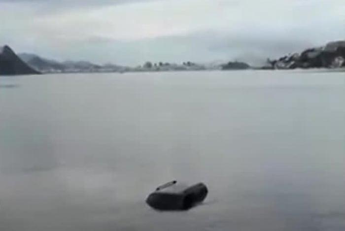 Carro cai no mar em Niterói após capotar