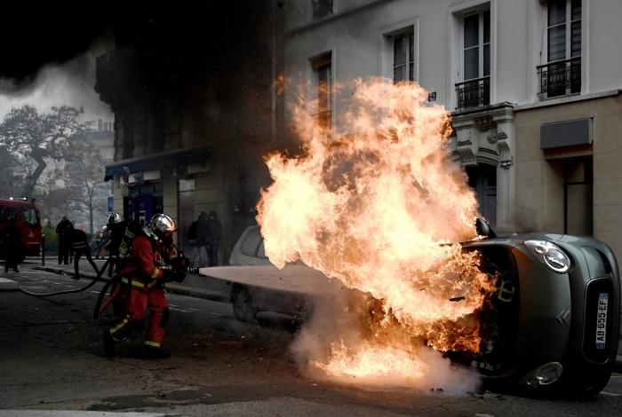 Manifestantes voltaram às ruas de Paris